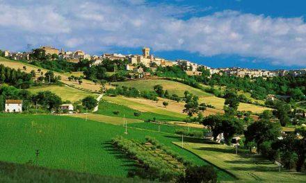 Un ecovillaggio a Montefano, case in paglia e legno e agricoltura biologica