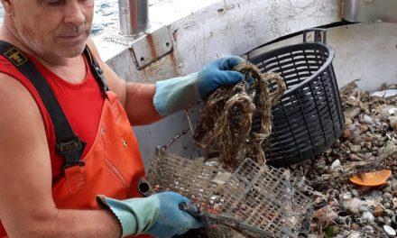 """""""A pesca di plastica"""". La storia di Carlo, il pescatore che """"cura"""" il mare"""