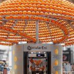Feel the Peel: lo spremiagrumi gigante che trasforma le bucce d'arancia in bicchieri di bioplastica